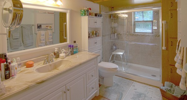 32 Ranch Road main level bathroom